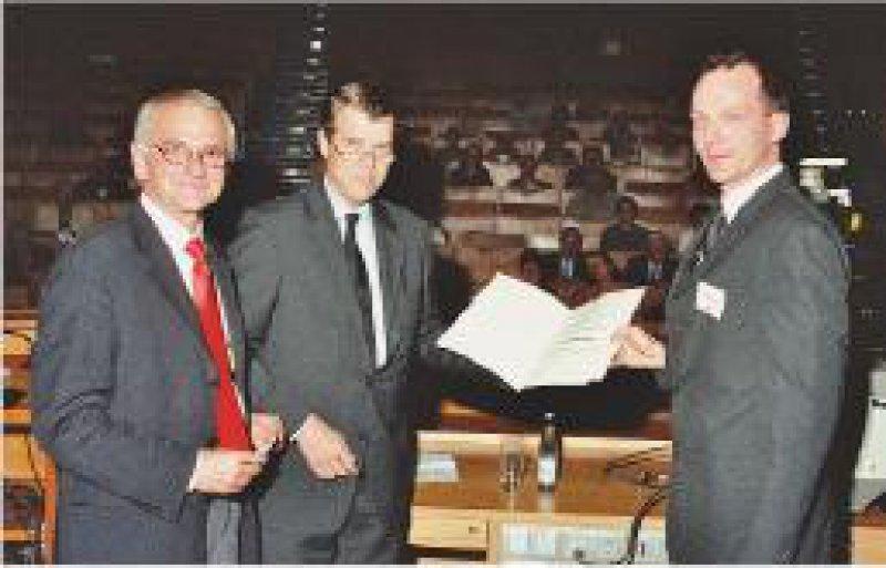 Werner Solbach (geschäftsführender Vorsitzender der DGHM-Stiftung), Dieter Bitter-Suermann (ehemaliger Präsident der DGHM-Stiftung) und Preisträger Volkhard A. J. Kempf (von links) Foto: privat