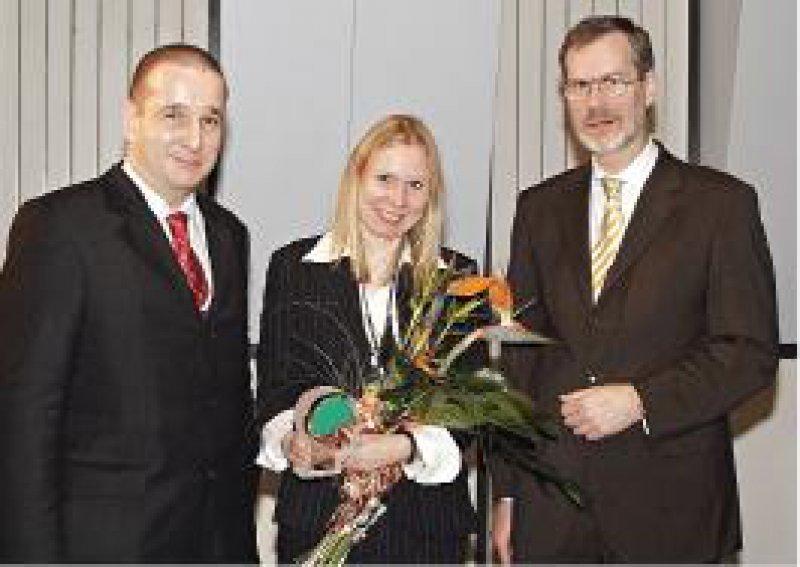 Stefan Busch (AstraZeneca GmbH) mit Preisträgerin Kerstin Konrad und Frank Schneider (Universitätsklinikum Aachen) (von links) Foto: AstraZeneca GmbH