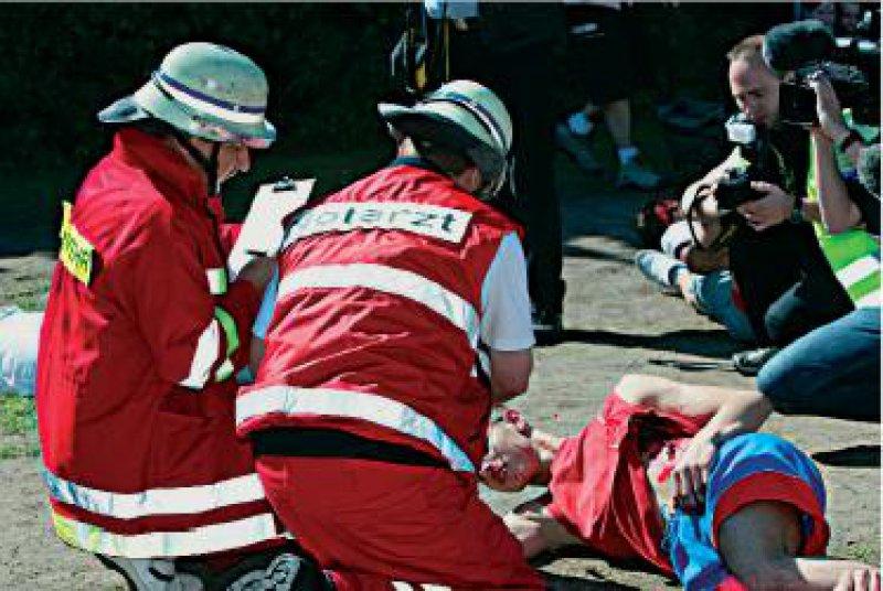 Die Notfallübung wurde auf eine Patientenablage konzentriert. Der Behandlungsplatz diente der Sichtung und der Herstellung der Transportfähigkeit der Schwerstverletzten.