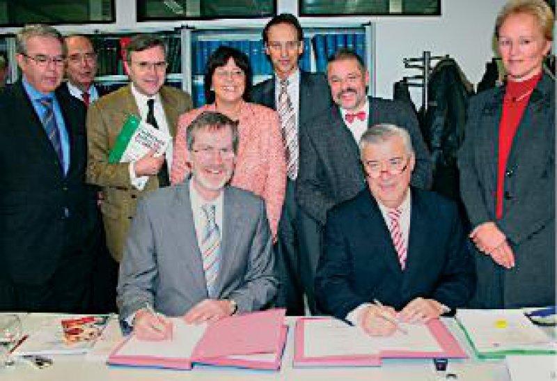 Vertreter von Fachgesellschaften und Krankenkassen unterschreiben in Anwesenheit von Ulla Schmidt den Kooperationsvertrag. Foto: Universitätsklinikum Aachen