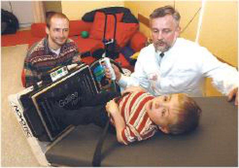 Der neunjährige Jan leidet an der Glasknochenkrankheit. Durch die Therapie mit der Vibrations-Wippe kann er mittlerweile 300 Schritte mit einem Rollator gehen. Foto: Johannes Aevermann
