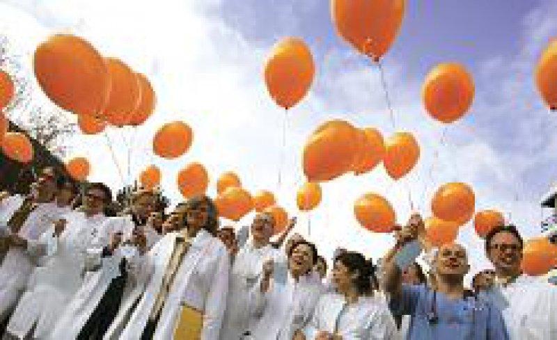 Protest an der Medizinischen Hochschule: Ärztinnen und Ärzte fordern einen eigenen Tarifvertrag. Foto: ddp