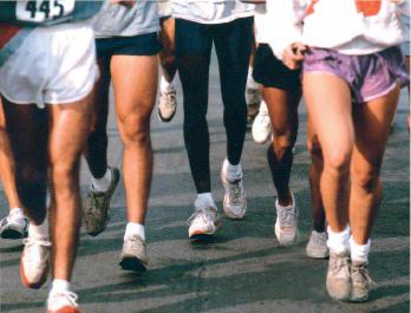 Marathon für die geplagten Füße: Jeder Mensch legt im Laufe seines Lebens im Mittel 120 000 km zurück. Dabei muss der Fußapparat pro Tag 1 000 Tonnen Belastung aushalten. Foto: Leukotape®