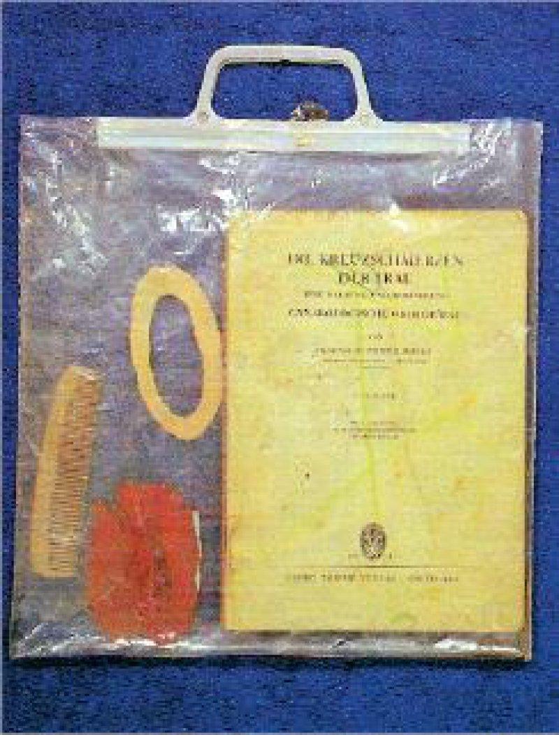 Abb. 1: Joseph Beuys: Die Kreuzschmerzen der Frau, 1973. Buch, Packpapier, Kamm, rote Plastilinmasse, Plastiktüte. 30 × 28,5 cm Fotos: Sammlung Murken/VG Bild-Kunst Bonn 2006