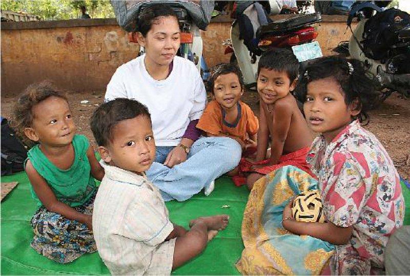 """Bildung für Straßenkinder: Eine Mitarbeiterin von """"Friends International"""" unterrichtet Straßenkinder in Phnom Penh."""
