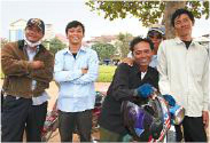"""""""Childsafe Cambodia"""": Mehr als 100 Motorradtaxi- und Taxifahrer in Pnom Penh sind stolz darauf, sich am Kinderschutzprogramm zu beteiligen. Ihr Erkennungszeichen: ein hellblaues Hemd"""