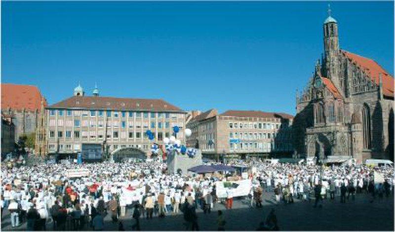 Großkundgebung der Hausärzte: Mehrere Tausend Ärztinnen und Ärzte demonstrierten in Nürnberg gegen die Gesundheitsreform. Fotos: Johannes Aevermann