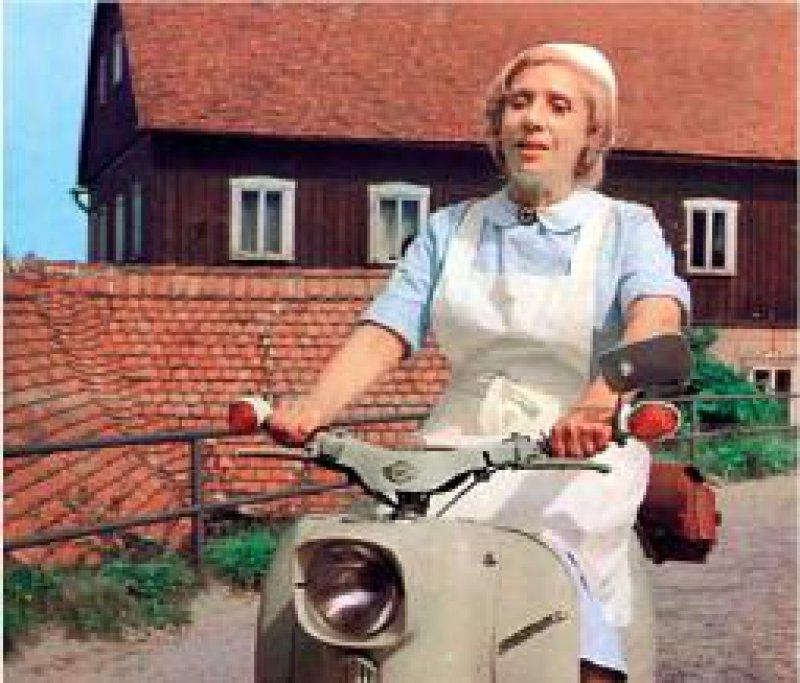 Schwester Agnes im Einsatz für ihre Patienten: Die Schauspielerin Agnes Kraus verkörperte die tüchtige und etwas kauzige Gemeindeschwester im DDRFernsehen. Foto: Ullstein/Winkler