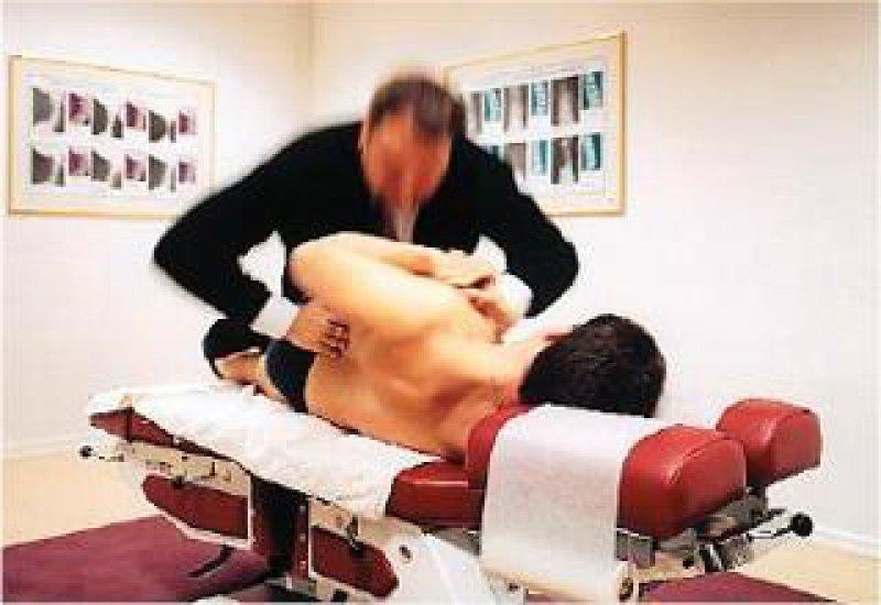 Beliebt: 14 Prozent der Deutschen unterzogen sich 2004 einer Chirotherapie, 16 000 Ärzte führen die Zusatzbezeichnung. Foto: laif