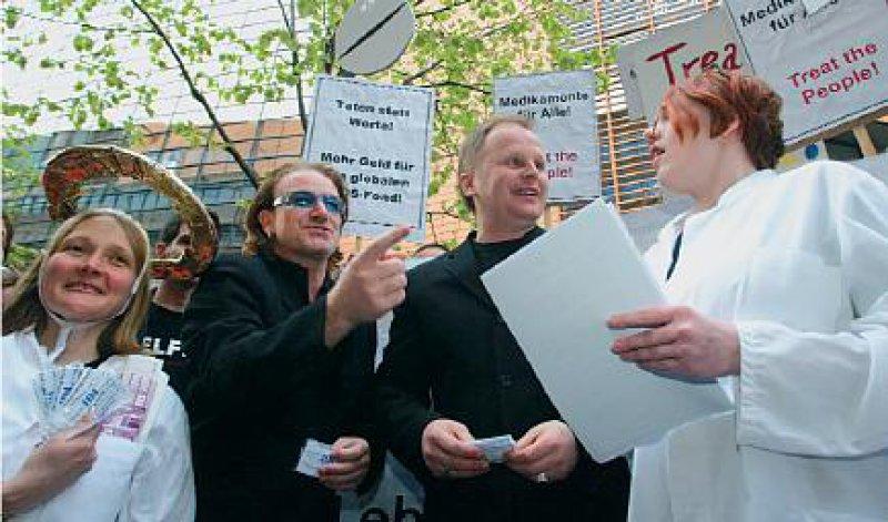 Aids-Aktivisten: BUKO-Pharma- Geschäftsführerin Christiane Fischer l.), Rocksänger Bono und Herbert Grönemeyer fordern mehr Geld für den weltweiten Kampf gegen Aids. Foto. ddp