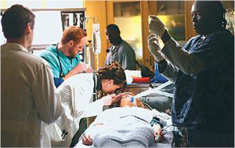 """Auf dem Bildschirm ist die Welt noch in Ordnung: Serien wie """"Emergency Room"""" idealisieren die Arbeit in der Notaufnahme. Foto:Warner Bros. Television"""