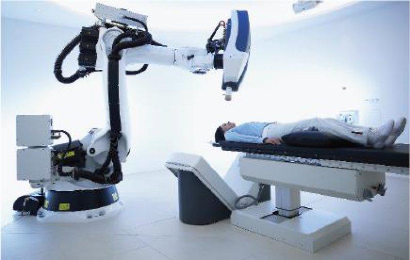 Das Cyberknife- System verbindet ein computergesteuertes Bildortungssystem mit einem Hochpräzisionsbestrahlungsgerät, das von einem Roboterarm kontrolliert und gesteuert wird. Fotos: Cyberknife
