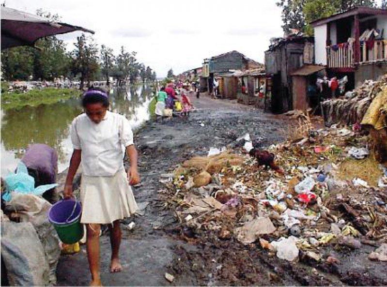 Leben im Slum: Schlechte Hygieneverhältnisse bedrohen auch in der madagassischen Hauptstadt Antananarivo die Gesundheit vieler Menschen. Immer wieder kommt es zu Ausbrüchen von Cholera. Foto: AP