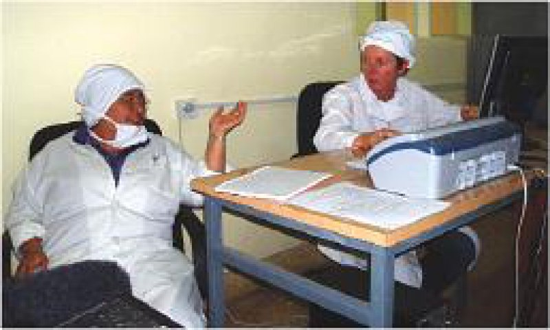 Krisana Kraisintu (links) im Labor. Foto: WDR/Bildersturm