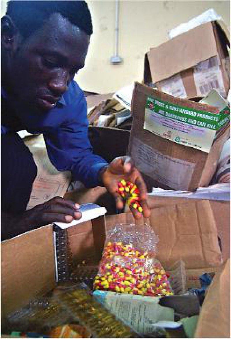 Beschlagnahmte Fälschungen in Lagos: Nigeria hat im Kampf gegen minderwertige oder gefälschte Arzneimittel 30 Pharmafirmen auf eine schwarze Liste gesetzt. Foto: AP