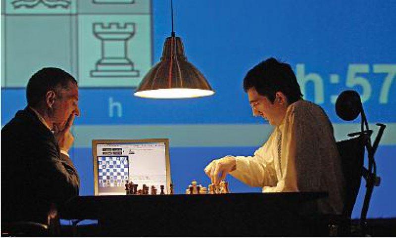 """Auftakt: Weltmeister Wladimir Kramnik (r.) gegen """"Fritz"""", der hier von Mathias Feist, einem seiner Programmierer, repräsentiert wird. Foto: Bernhard Eifrig"""