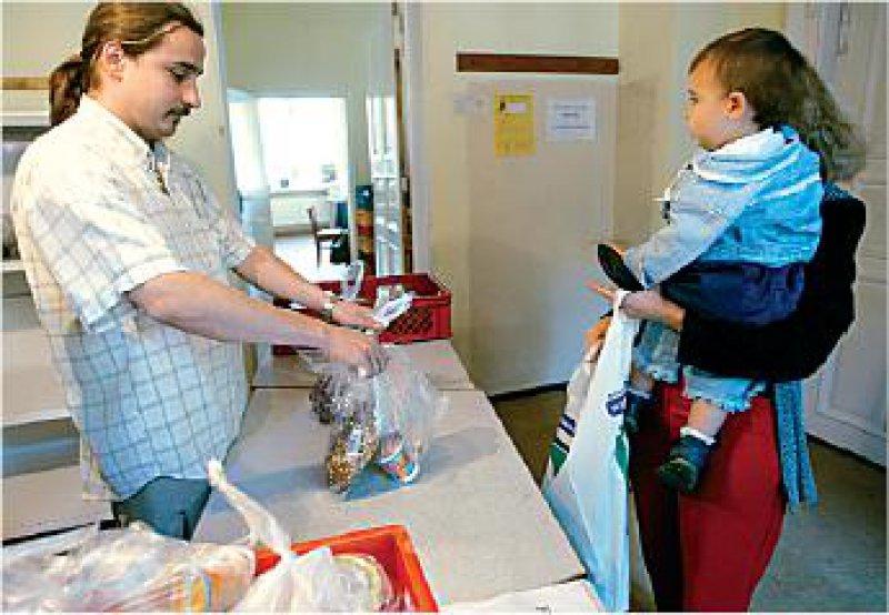 """Leipziger Tafel: Die """"Tafeln"""" verteilen gespendete Lebesmittel an Bedürftige. Alleinerziehende sind besonders häufig von Armut betroffen. Foto: ddp"""