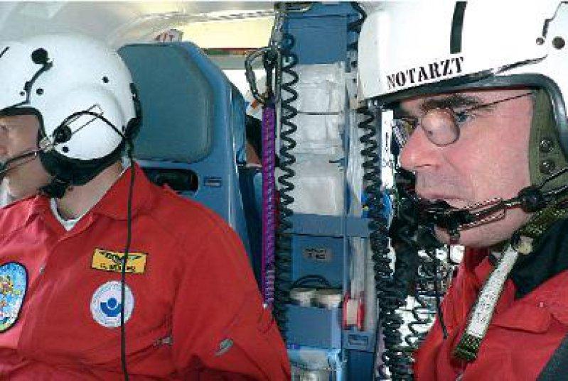 Van Bömmel (r.) in Aktion: 1 200 Rettungseinsätze flogen der Arzt und seine Murnauer Kollegen in 2005. Fotos: Martina Merten