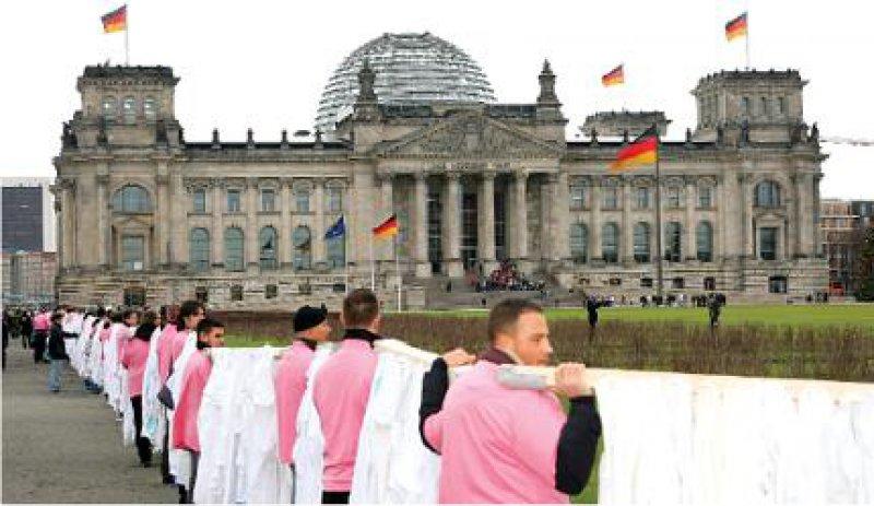Rosig gekleidet sind nur die Helfer, rosig ist die Stimmung der niedergelassenen Ärzte nicht: Kittelprotest in Berlin.