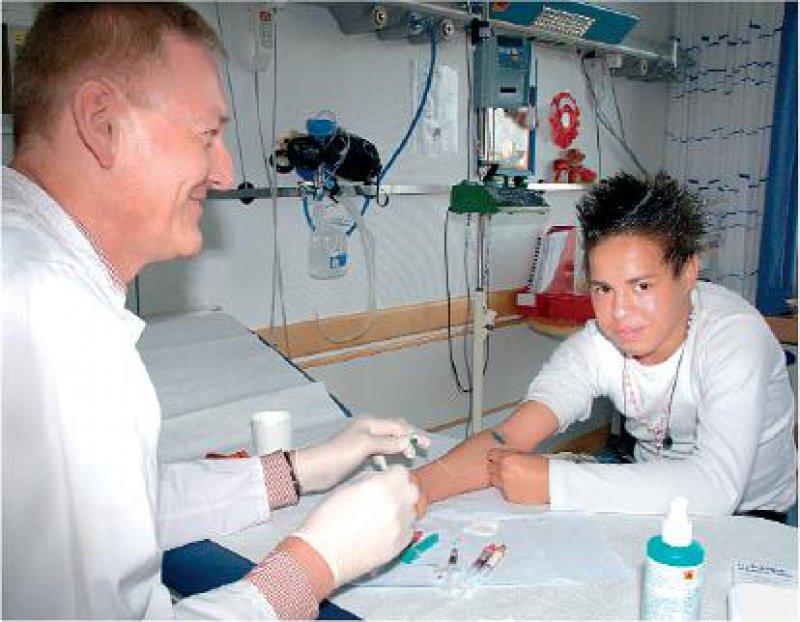 Blick in eine positive Zukunft: Der 18-jährige Fitim G. mit Dr. med. Oliver Amon bei einer Kontrolluntersuchung in Tübingen. Foto: Uni Tübingen