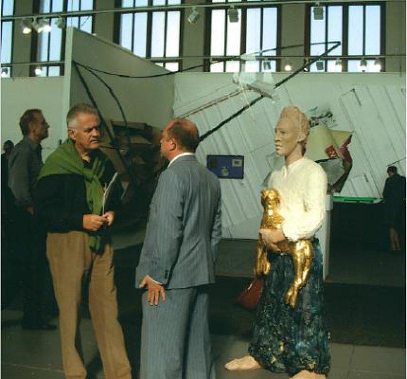"""Stand der Galerie EIGEN + ART, Leipzig/Berlin: """"Malik"""", farbig gefasste Plastik von Stella Hamberg. Foto: Gerda Jaeschke"""