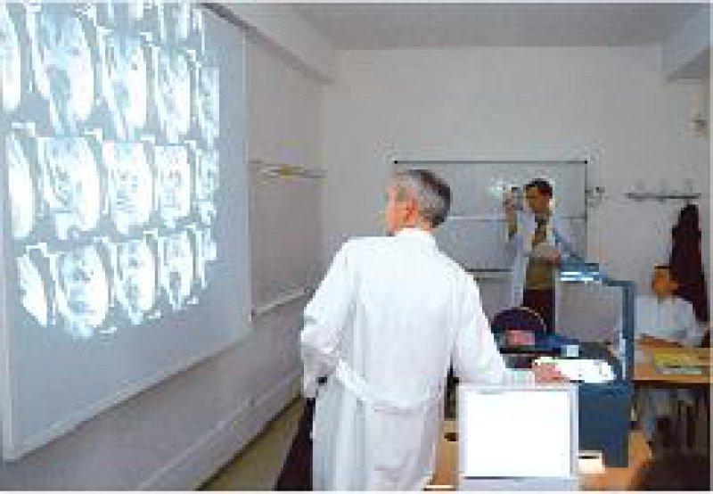 Spitzenzentrum in Dresden: Radiologe Prof. Dr. med. Michael Laniado erläutert Kollegen die Befunde. Foto: Uniklinikum Dresden