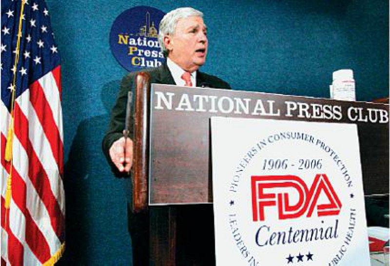 FDA-Chef Andrew von Eschenbach: Das Auslaufen von Patenten für Wirkstoffe mit einem Jahresumsatz von bis zu 70 Milliarden Dollar stellt die Behörde vor neue Herausforderungen. Foto: AP