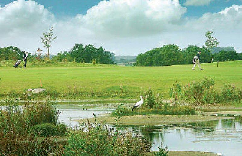 Der 27-Loch-Golfplatz, mit Aussicht auf die Ostsee, ist ganzjährig geöffnet.