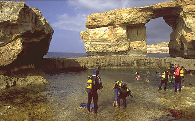 Schroffe Klippen, kristallklares Wasser, farbenprächtige Fische: Gozo gilt als Tauchparadies im Mittelmeer.
