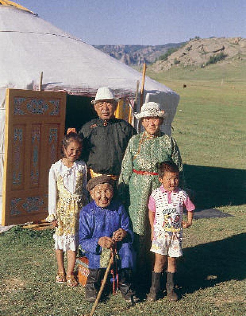 Schovo und seine Frau Dulamsuren leben bei der jüngsten Tochter Gündej und ihrer Familie.