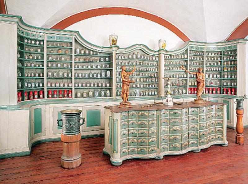 Das Museum zeigt prachtvolle Apothekeneinrichtungen aus vergangenen Zeiten: Offizin des Benedikterklosters in Schwarznach, Baden (Rheinmünster), um 1724. Fotos: Deutsches Apotheken-Museum