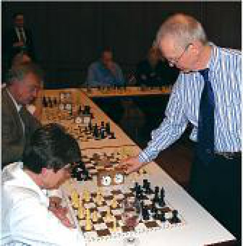Höchste Konzentration: Dr. med. Helmut Pfleger beim Uhrenhandicap gegen zwölf Gegner. Am Ende hatte Pfleger elf Partien gewonnen und nur eine verloren.