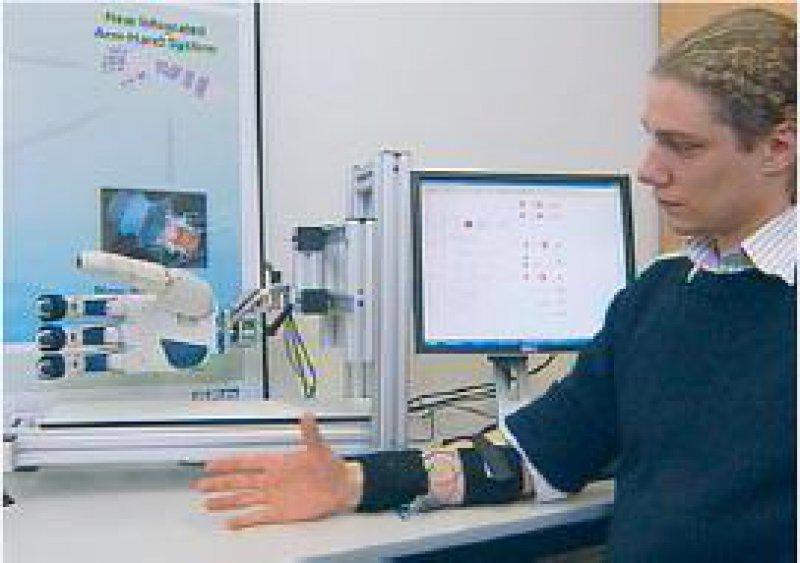 "Fortschritte in der Prothetik: Die Roboterhand wird durch den Unterarm gesteuert (Ausschnitt aus der Sendung ""Mensch- Maschinen""). Foto: ZDF/Bernhard Seifert"