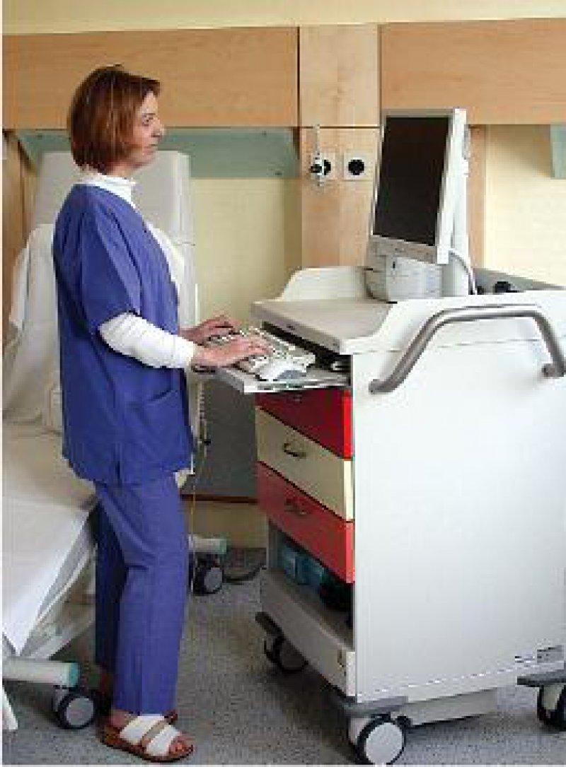"""Der mobile Arbeitsplatz für Ärzte und Pflegepersonal """"TIM-1"""" der ACD GmbH, Achstetten (www.acdgruppe. de), ermöglicht das direkte Erfassen der Patientendaten auf Station. Der Wagen ist mit einem lüfterlosen Rechner, einem 19- Zoll-Flachbildschirm sowie Schnittstellen für Barcode- oder Standarddrucker ausgerüstet. Über einen verschlüsselten WLAN-Anschluss wird per Funknetz die Verbindung zum KIS gehalten. Foto: ACD GmbH/Conosco"""