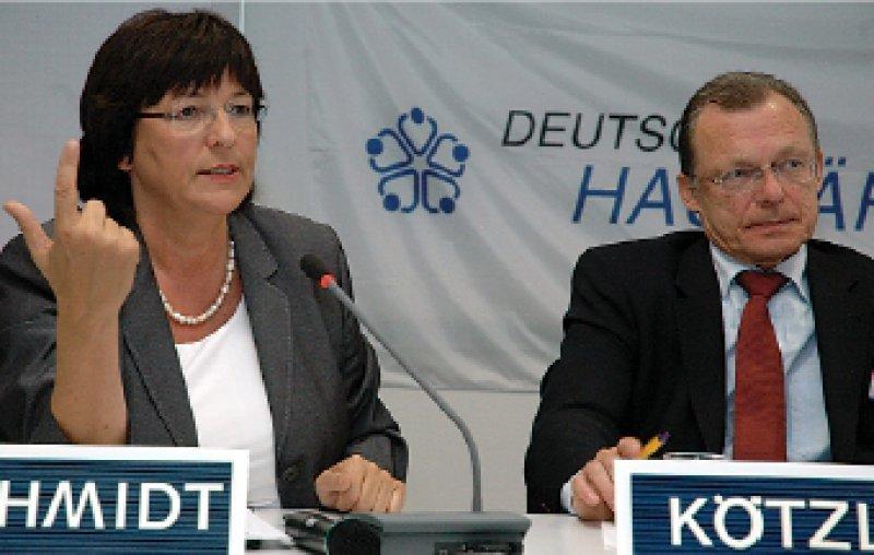 Ein wenig mehr Distanz: Ulla Schmidt und Rainer Kötzle beim nordrheinischen Hausärztetag Ende April in Köln