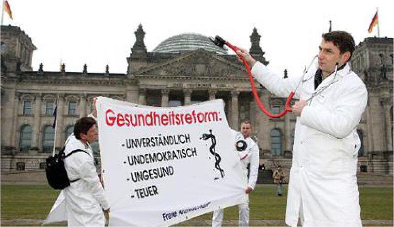 Protest: Ärztinnen und Ärzte am 2. Februar 2007 vor dem Reichstag. Foto: Georg J. Lopata
