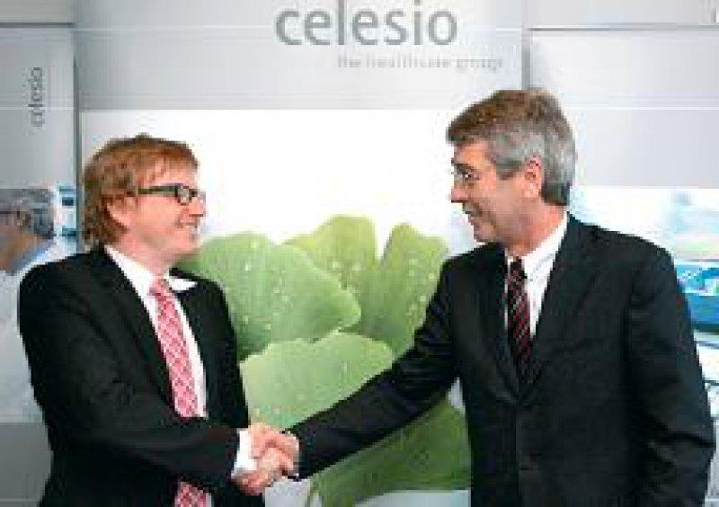 DocMorris-Chef Ralf Däinghaus (links) und Celesio-Vorstand Fritz Oesterle. Foto: dpa