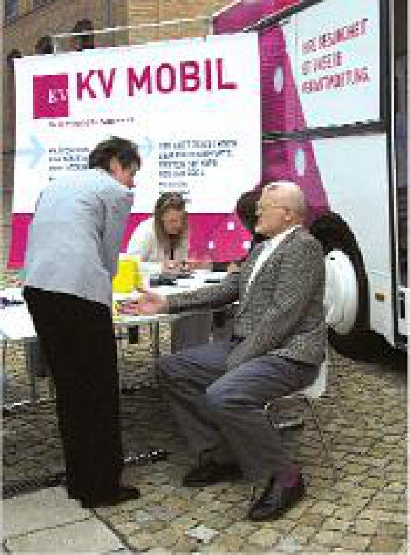 Werben für Prävention: Das KV-Mobil tourt seit dem 6. Juni vier Monate lang durch 37 Städte. Foto: KBV
