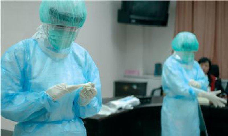 Ansteckung vermeiden: Im Fall einer erneuten Epidemie ist für das Pflegepersonal im Taipeh-City-Hospital Schutzkleidung vorgesehen. Fotos: Pamela Messi