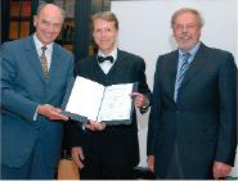 Ministerialdirigent Alexander Freiherr von Hornstein, Preisträger Gunther Hartmann und Klaus Friese, Klinikum der Ludwig-Maximilians- Universität München (von links) Foto: Stephan Beissner