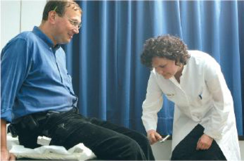 Steuerfreie Heilbehandlung: Eine Betriebsärztin untersucht einen Schreiner. Foto: Peter Wirtz