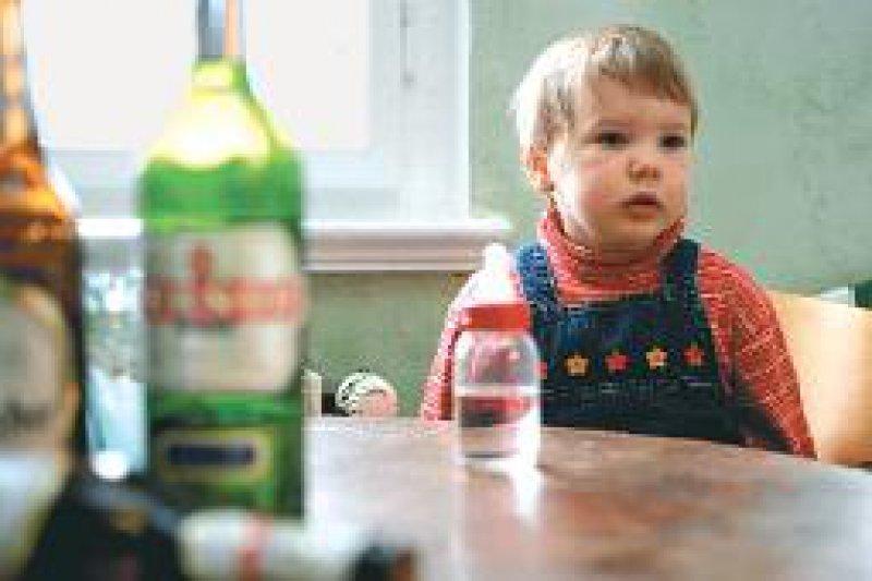 Riskanter Alkoholkonsum: Viele Erwachsene sind in ihrem Trinkverhalten keine Vorbilder für Kinder und Jugendliche. Foto: dpa