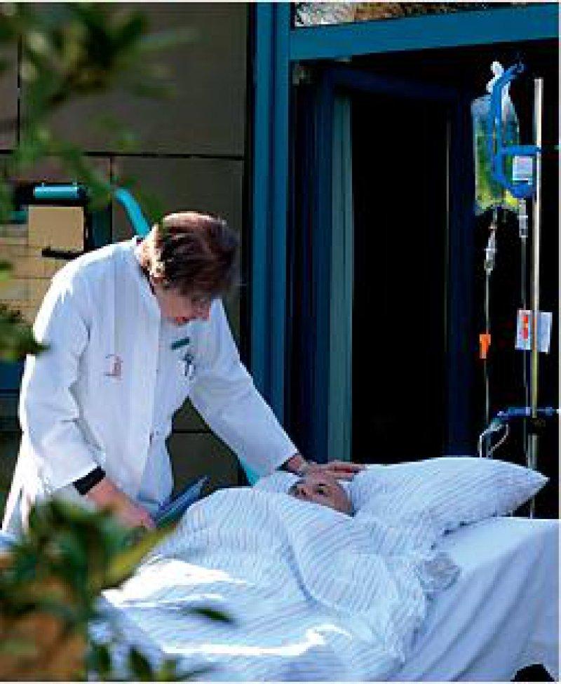 Dr.-Mildred- Scheel-Haus: Ingeborg Jonen-Thielemann im Gespräch mit einem Patienten. Foto: KNA