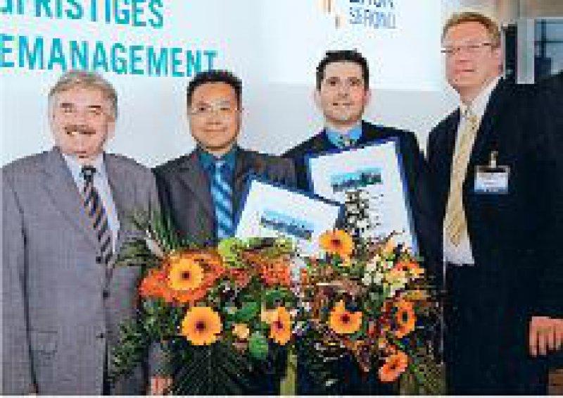 Thomas Luger, Vorsitzender der Jury, Preisträger Honglin Wang und Thorsten Peters, Sigbert Jahn, Medizinischer Direktor der Serono GmbH (von links). Foto: Merck Serono