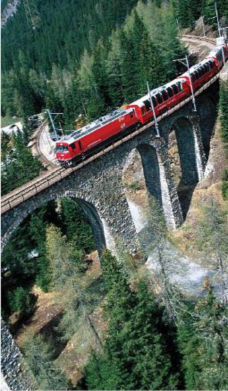 Auf landschaftlich reizvoller Strecke überwindet der Bernina-Express fast 2 000 Höhenmeter. Foto: Mondial Tours GmbH