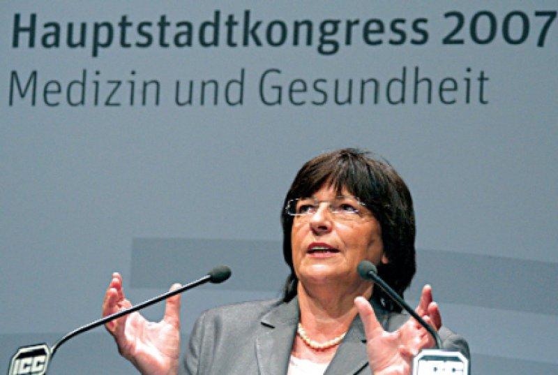 """""""Das Gesundheitswesen ist besser als sein Ruf. In vielen Bereichen ist Deutschland anderen Industrienationen weit voraus"""", sagt Bundesgesundheitsministerin Ulla Schmidt (SPD). Foto: dpa"""