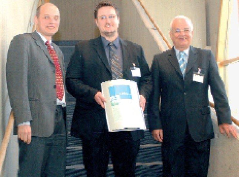 Bernd Salzberger, IKOP, Preisträger Christian Krickhahn, Manfred Jung von Mölnlycke Health Care (von links). Foto: IKOP