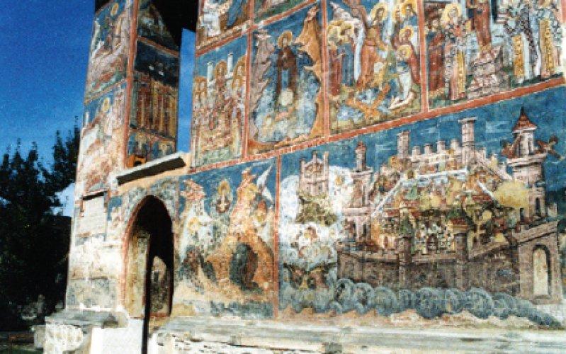 Details in Sucevita: Fast ein halbes Jahrtausend haben die Außenfresken an rumänischen Klosterkirchen überstanden. Neun der schönsten wandbemalten Kirchen sind in einem Umkreis von nur 30 Kilometern zu sehen. Foto: Manfred Lädtke