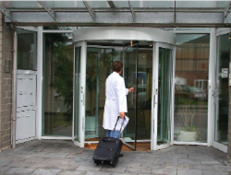 Vor neuen Türen: Honorarärzte arbeiten laufend an neuen Orten mit neuen Kollegen, aber ohne Hierarchien. Foto: Eberhard Hahne