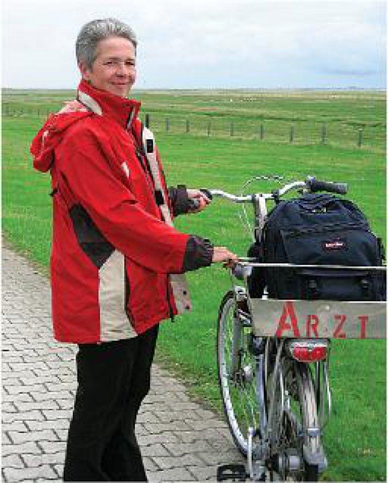 """Auch bei """"Schietwetter"""": Hausbesuche erledigt Ellen Althainz mit dem Fahrrad. Foto: Birgit Hibbeler"""